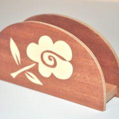 ročno izdelano leseno stojalo za prtičke ali pisma z motivom bele rože