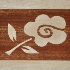 ročno izdelana lesena voščilnica z motivom bele rože