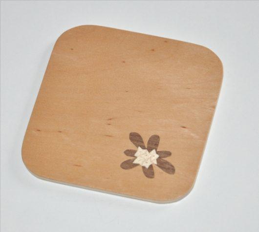ročno izdelan lesen podstavek za kozarce z motivom Blagajevega volčina