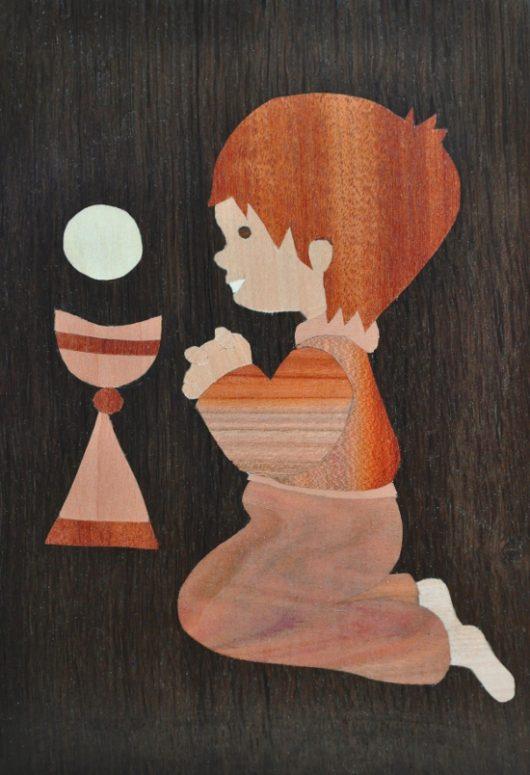 ročno izdelana lesena slika z motivom dečka (prvo sveto obhajilo)