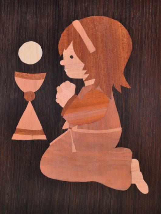 ročno izdelana lesena slika z motivom deklice (prvo sveto obhajilo)