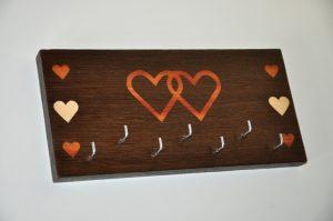 ročno izdelan lesen obešalnik za ključe z motivom dveh src