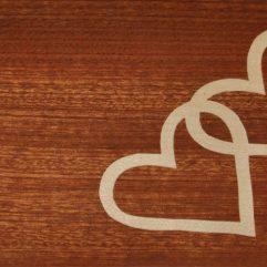 ročno izdelana lesena voščilnica z motivom dveh src