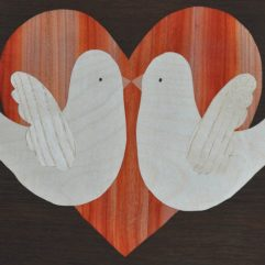 ročno izdelana lesena slika z motivom dveh golobov