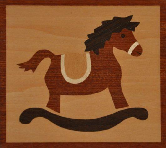 ročno izdelana lesena voščilnica z motivom gugalnega konjička