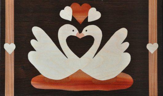 ročno izdelana lesena slika z motivom dveh labodov