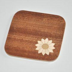 ročno izdelan lesen podstavek za kozarce z motivom marjetice