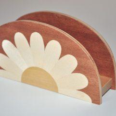 ročno izdelano leseno stojalo za prtičke ali pisma z motivom marjetice