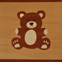 ročno izdelana lesena slika z motivom medveda