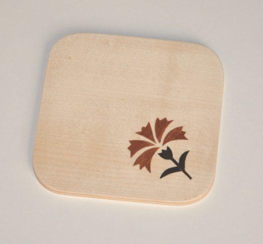 ročno izdelan lesen podstavek za kozarce z motivom naglja