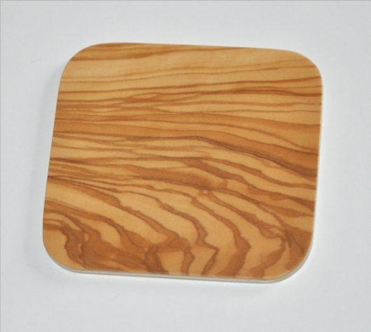 ročno izdelan lesen podstavek za kozarce v barvi oljke