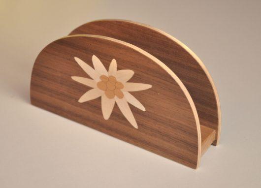 ročno izdelano leseno stojalo za prtičke ali pisma z motivom planike