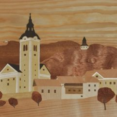 ročno izdelana lesena slika z motivom Polhovega Gradca