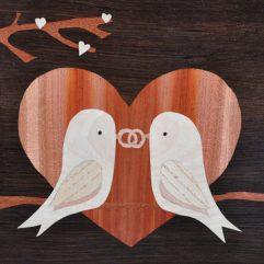 ročno izdelana lesena slika z motivom dveh ptičkov na veji