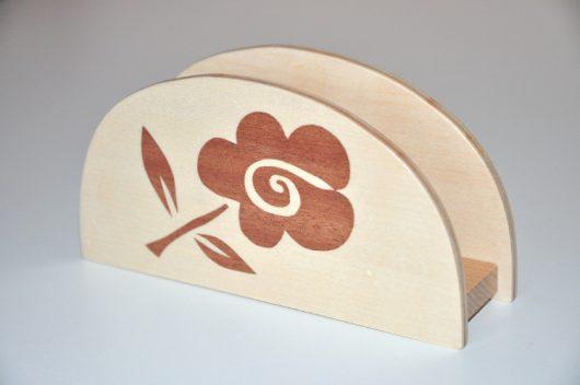 ročno izdelano leseno stojalo za prtičke ali pisma z motivom rdeče rože