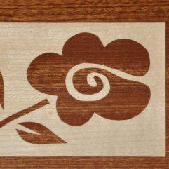 ročno izdelana lesena voščilnica z motivom rdeče rože