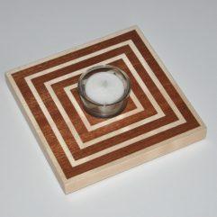 ročno izdelan lesen svečnik z motivom robov