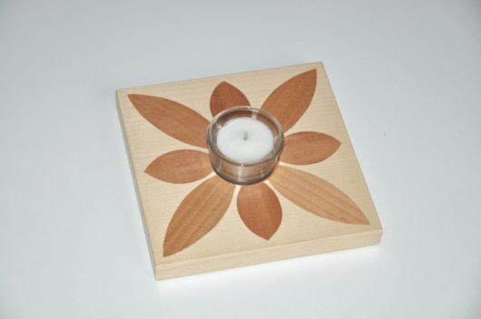 ročno izdelan lesen svečnik z motivom rože