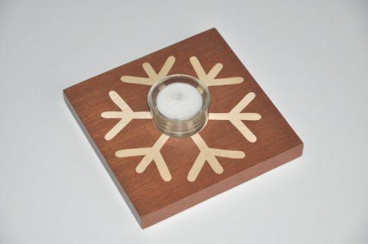ročno izdelan lesen svečnik z motivom snežinke