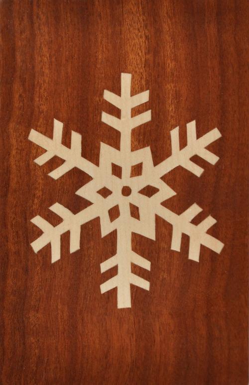 ročno izdelana lesena voščilnica z motivom snežinke