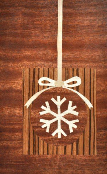 ročno izdelana lesena voščilnica z motivom balončka na snežinki