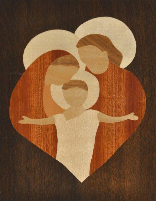 ročno izdelana lesena slika z motivom svete družine