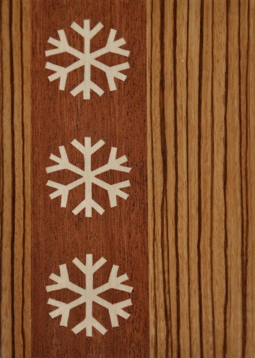 ročno izdelana lesena voščilnica z motivom treh snežink