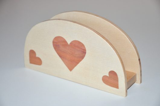 ročno izdelano leseno stojalo za prtičke ali pisma z motivom treh src