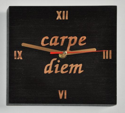 """ročno izdelana lesena ura z napisom """"Carpe diem"""""""
