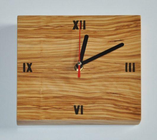 ročno izdelana lesena ura v barvi oljke