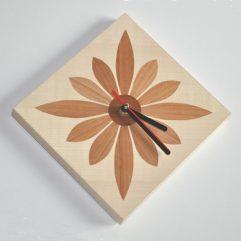 ročno izdelana lesena stenska ura z motivom rože