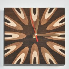 ročno izdelana lesena stenska ura z intarzijo