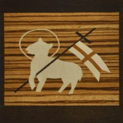 ročno izdelana lesena voščilnica z motivom velikonočnega jagnjeta