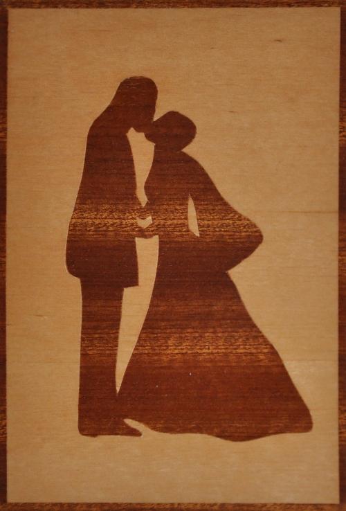 ročno izdelana lesena voščilnica z motivom ženina in neveste