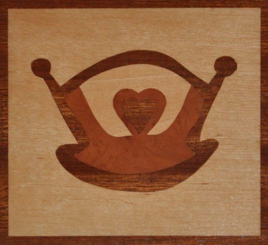 ročno izdelana lesena voščilnica z motivom zibke