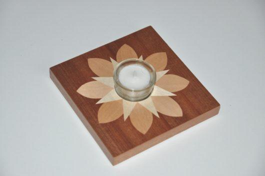 ročno izdelan lesen svečnik z motivom zvezde