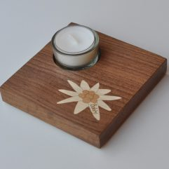 ročno izdelan lesen svečnik z motivom planike