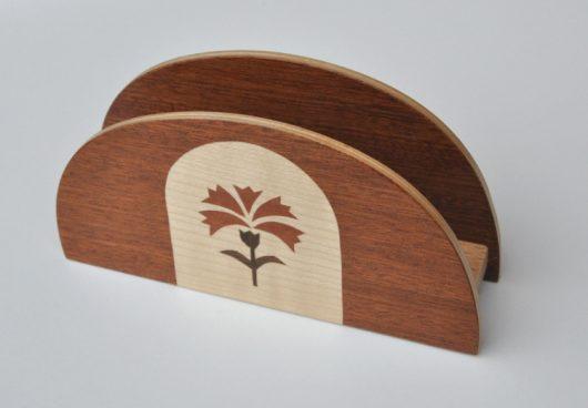 ročno izdelano leseno stojalo za prtičke/pisma z motivom naglja
