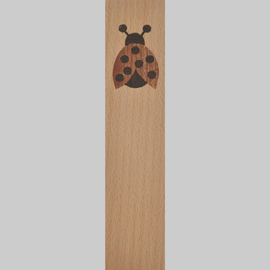 ročno izdelana lesena knjižna kazalka z motivom pikapolonice