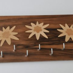 ročno izdelan lesen obešalnik za ključe z motivom planik