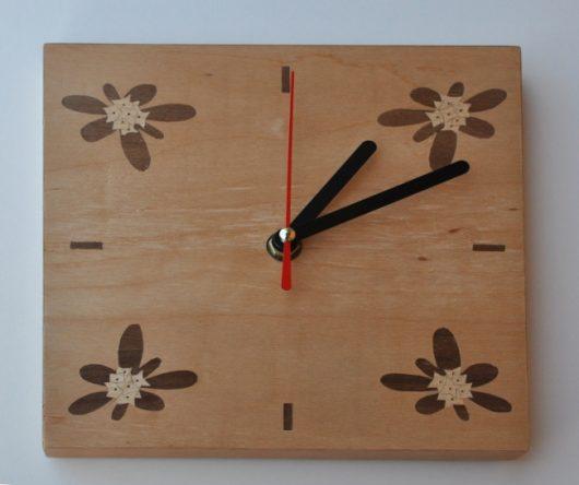 ročno izdelana lesena stenska ura z motivom štirih Blagajevih volčinov