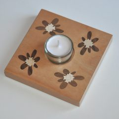 ročno izdelan lesen svečnik z motivom štirih Blagajevih volčinov