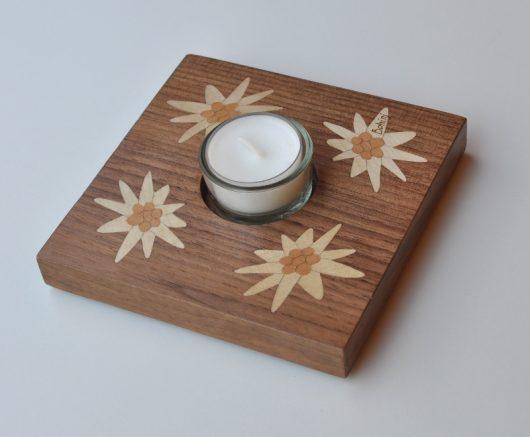 ročno izdelan lesen svečnik z motivom štirih planik