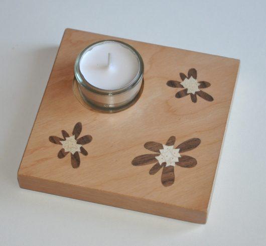 ročno izdelan lesen svečnik z motivom treh Blagajevih volčinov