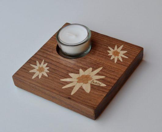 ročno izdelan lesen svečnik z motivom treh planik